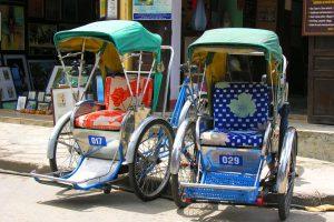 beliebtes Fortbewegungsmittel in Hanoi mit Farradrikschas