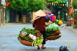 Frau mit Korb in der Altstadt von Hanoi