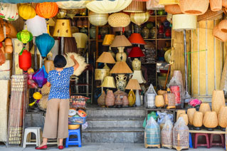 Frau mit Hüten Old Quarter