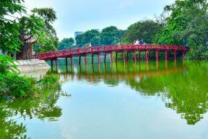 Der Hoan Kiem See mit Roter Brücke in Hanoi
